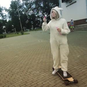девушка в костюме козы